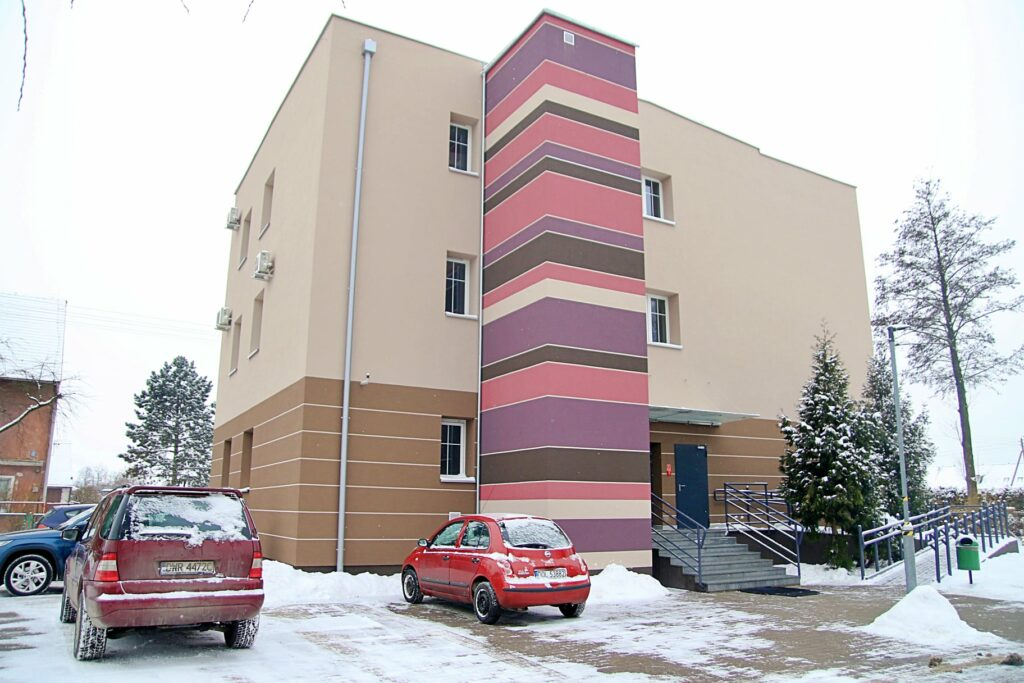 Siedziba GOK-u po termomodernizacji. Na dachu budynku zainstalowaliśmy panele fotowoltaiczne