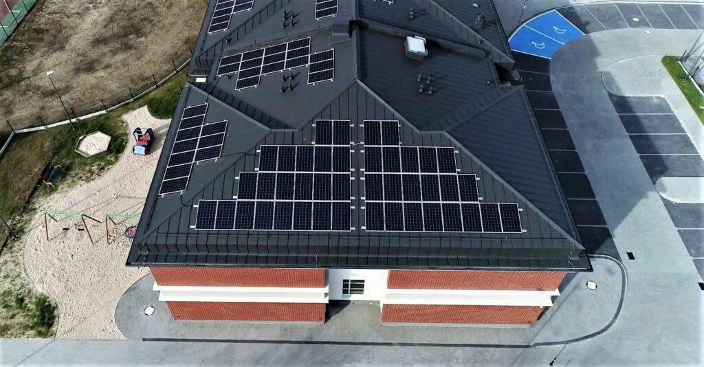 Panele fotowoltaiczne na dachu przedszkola w Borowej